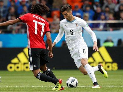 Elneny marca a Bentancur: el jugador de la Juventus no tuvo su mejor partido (REUTERS/Damir Sagolj)