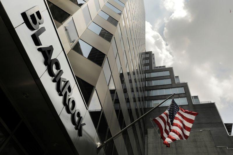 Un letrero de BlackRock Inc en la fachada de su edificio en Nueva York, EEUU.