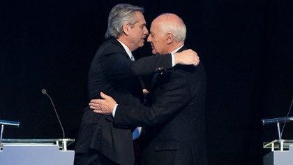 Alberto Fernández y Roberto Lavagna durante el debate presidencial en 2019