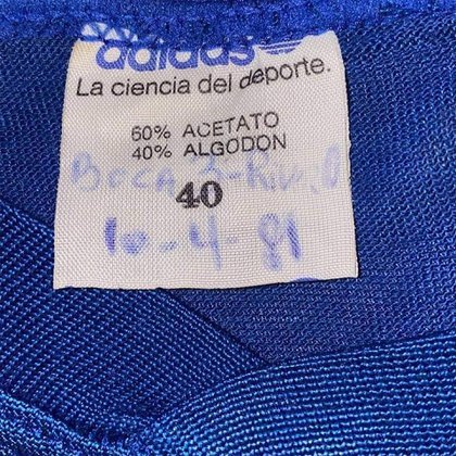 """""""Boca 3 - River 0. 10/4/81"""" es lo que está escrito en la etiqueta de la camiseta"""