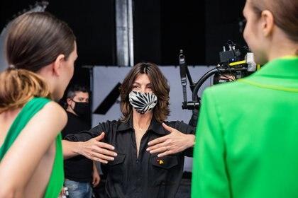 Evangelina Bomparola en pleno backstage dando indicaciones a las modelos antes de comenzar a grabar el fashion film de la colección
