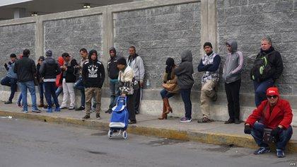 Un grupo de ciudadanos cubanos espera en la línea fronteriza de Nuevo Laredo (México) con territorio estadounidense (Archivo de Martí Noticias, 2017)