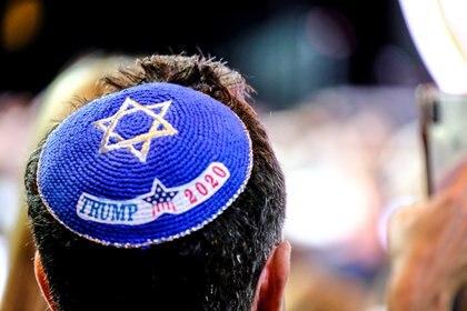 Un hombre lleva un yarmulke apoyando al presidente de los Estados Unidos, Donald Trump, en su campaña de reelección en la Cumbre del Consejo Israelí-Americano en Hollywood, Florida, Estados Unidos, el 7 de diciembre de 2019. REUTERS / Maria Alejandra Cardona