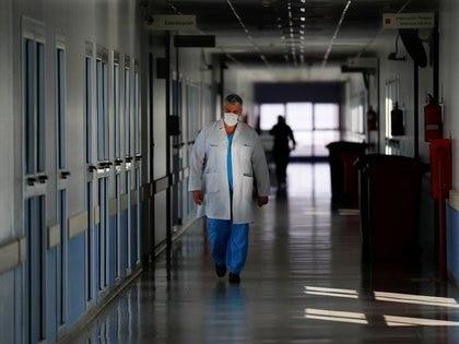 Un trabajador médico atraviesa un pasillo del Hospital El Cruce en Buenos Aires (REUTERS/Agustín Marcarian)