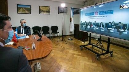 El ministro Mario Meoni en la videoconferencia con los empresarios asiáticos
