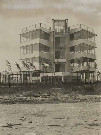 Openluchtschool, luna escuela en Ámsterdam de Bernard Bijvoet y Jan Duiker (Wikipedia)
