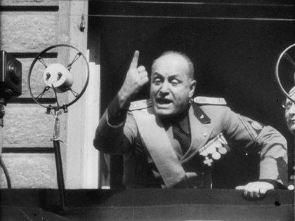 Mussolini durante uno de sus discursos desde Palacio Venecia