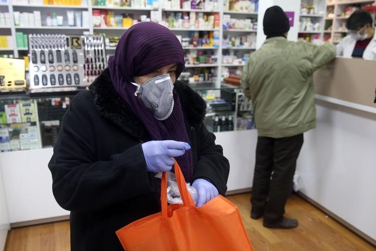 Una cliente de una farmacia en Teherán (Reuters)