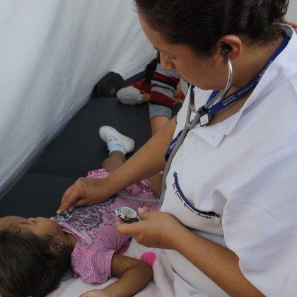 """La Secretaría de Salud capitalina ofrece consultas médicas a las personas del éxodo migrante que llegaron al estadio Jesús Martínez """"Palillo"""", en Ciudad de México. Foto: (Twitter @S_SaludCDMX)"""