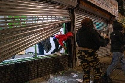Los saqueadores tras las protestas por la muerte a tiros de la policía de Walter Wallace en Filadelfia.  REUTERS/David 'Dee' Delgado