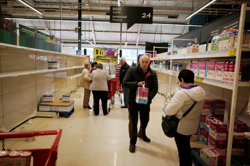 Un hombre compra leche en un supermercado, en medio de las preocupaciones por el brote de coronavirus, en Guernica, País Vasco, España. 13 de marzo de 2020. REUTERS/Vincent West.