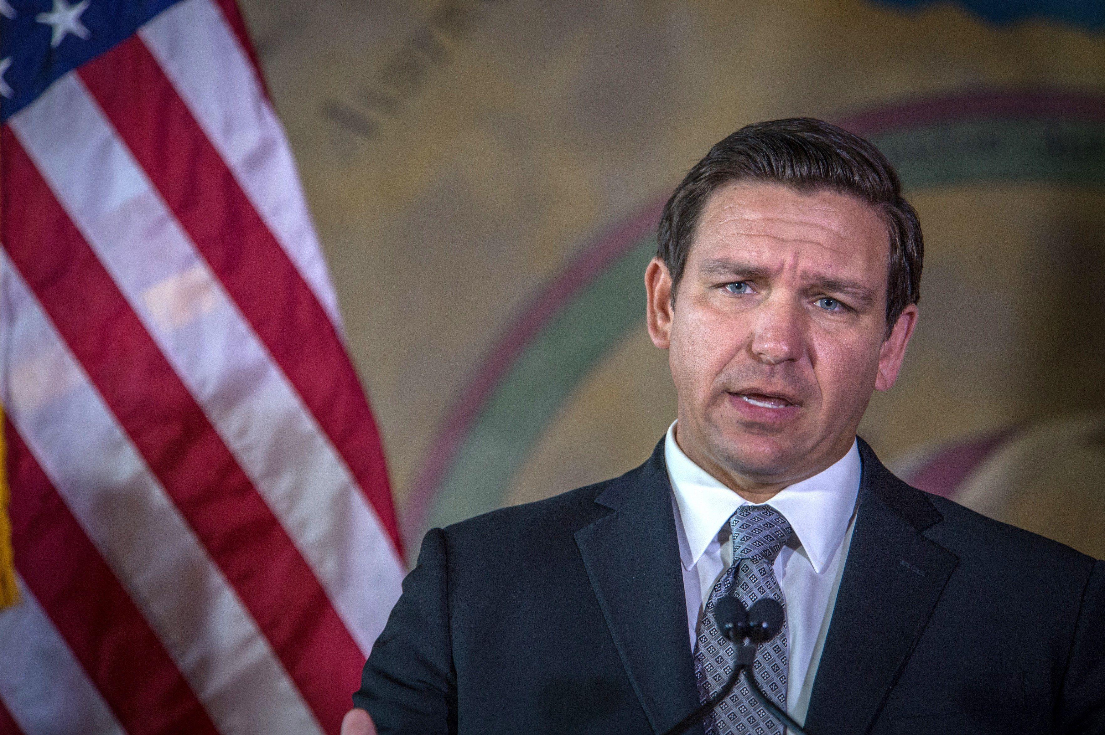 El Gobernador de Florida, Ron DeSantis, desafió a la justicia para liberar el uso de la mascarilla en las escuelas (FOTO: EFE)