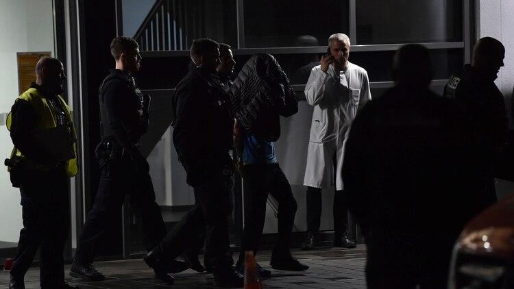 En esta foto del martes 19 de noviembre de 2019, la policía arresta a un hombre en un hospital de Berlín, Alemania. Fritz von Weizsaecker, hijo del ex presidente alemán Richard von Weizsaecker, fue asesinado mientras daba una conferencia en un hospital de Berlín, donde también trabajaba como médico. (Paul Zinken / dpa a través de AP)