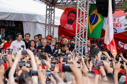 Luiz Inacio Lula da Silva hablando ante sus seguidores tras su liberación (REUTERS/Rodolfo Buhrer)