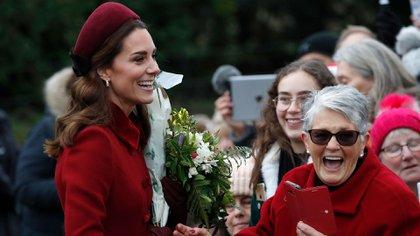 La joven inglesa Jessica Daniels (fondo) también consiguió un saludo de Kate Middleton