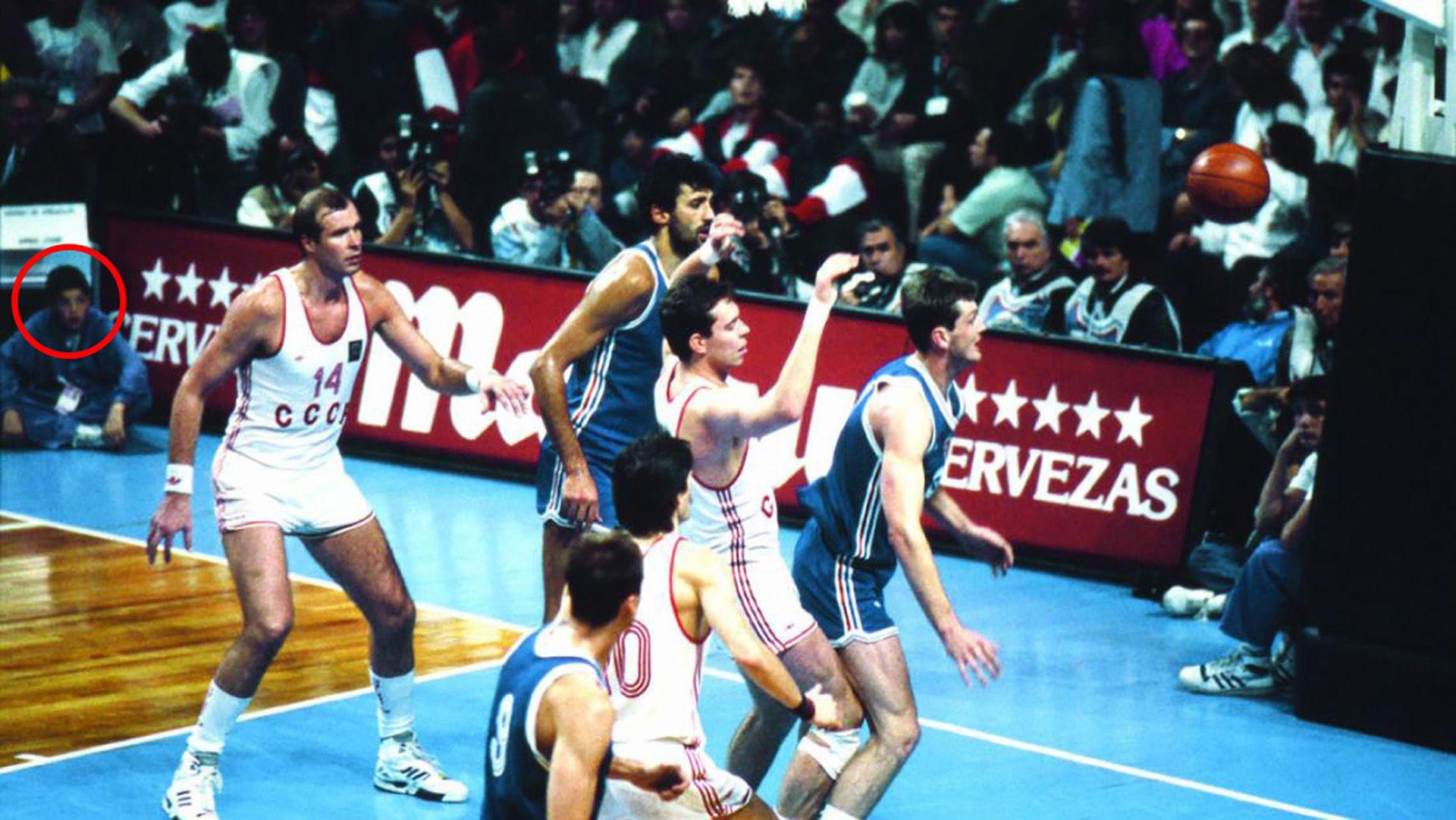 Ahí abajo, en un costado, viendo la final URSS-Yugoslavia en el Luna Park. Luifa Scola fue ballboy en el Mundial 90