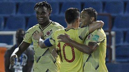 Luis Muriel (r), l'avant de la Colombie, célébrant avec James Rodríguez (c) et Duván Zapata (l), un but qu'il a marqué pour le Venezuela, lors d'un match de qualification sud-américaine pour la Coupe du Monde de la FIFA, Qatar 2022, au Metropolitano stade de Barranquilla, Colombie).  EFE / Gabriel Aponte