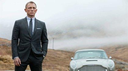 Daniel Craig como Bond junto a su característico Aston Martin