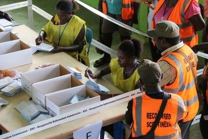 Funcionarios cuentan las boletas en Buka (Comisión del Referéndum de Bougainville/Jeremy Miller/Handout vía REUTERS)