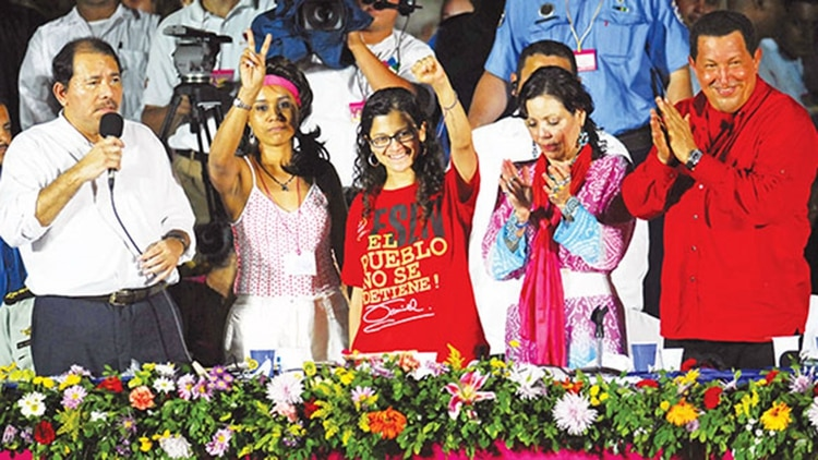 Daniel Ortega, su esposa Rosario Murillo y el fallecido presidente venezolano Hugo Chávez junto a las guerrillera colombiana Martha Pérez y la mexicana Lucia Morett, sobrevivientes durante el ataque de las Fuerzas Armadas de Colombia a un campamento de las FARC, en 2008 durante la conmemoración del 29 aniversario de la revolución sandinista en Managua. (Foto EFE)