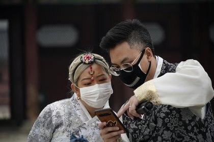 Una pareja en Corea del Sur lleva barbijo (Reuters)