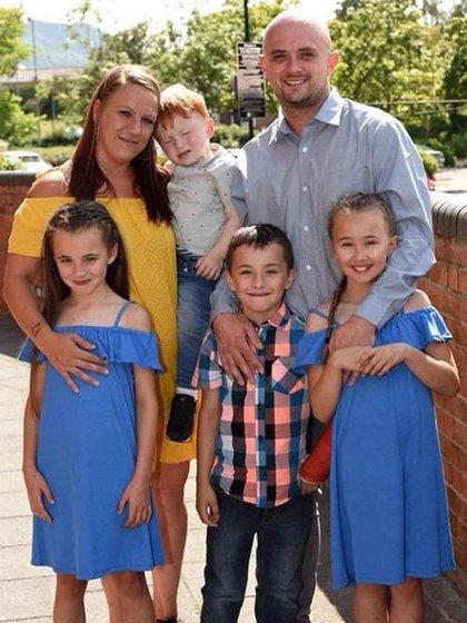 La familia de Jonathan Stevens en una foto familiar con su esposa Laura Burford y cuatro de sus siete hijos (@Laura Burford)