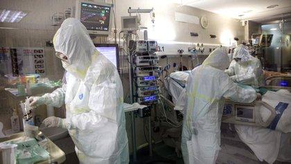 Los médicos del Trias i Pujol de Badalona trabajan sin descanso (Foto AP/Anna Surinyach)