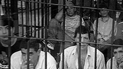 El juicio a los Doce Apóstoles, enjaulados frente al tribunal