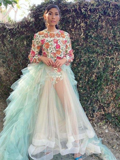 La actriz Rain Valdez lució un diseño de Steven Khalil de body bordado con flores y falda realizada en tul en color aqua. Completó su look con stilettos en tono azul eléctrico