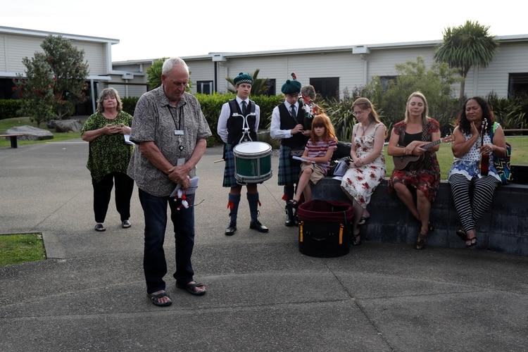 Familiares de las víctimas guardan un minuto de silencio en el hospital de Whakatane (Reuters)