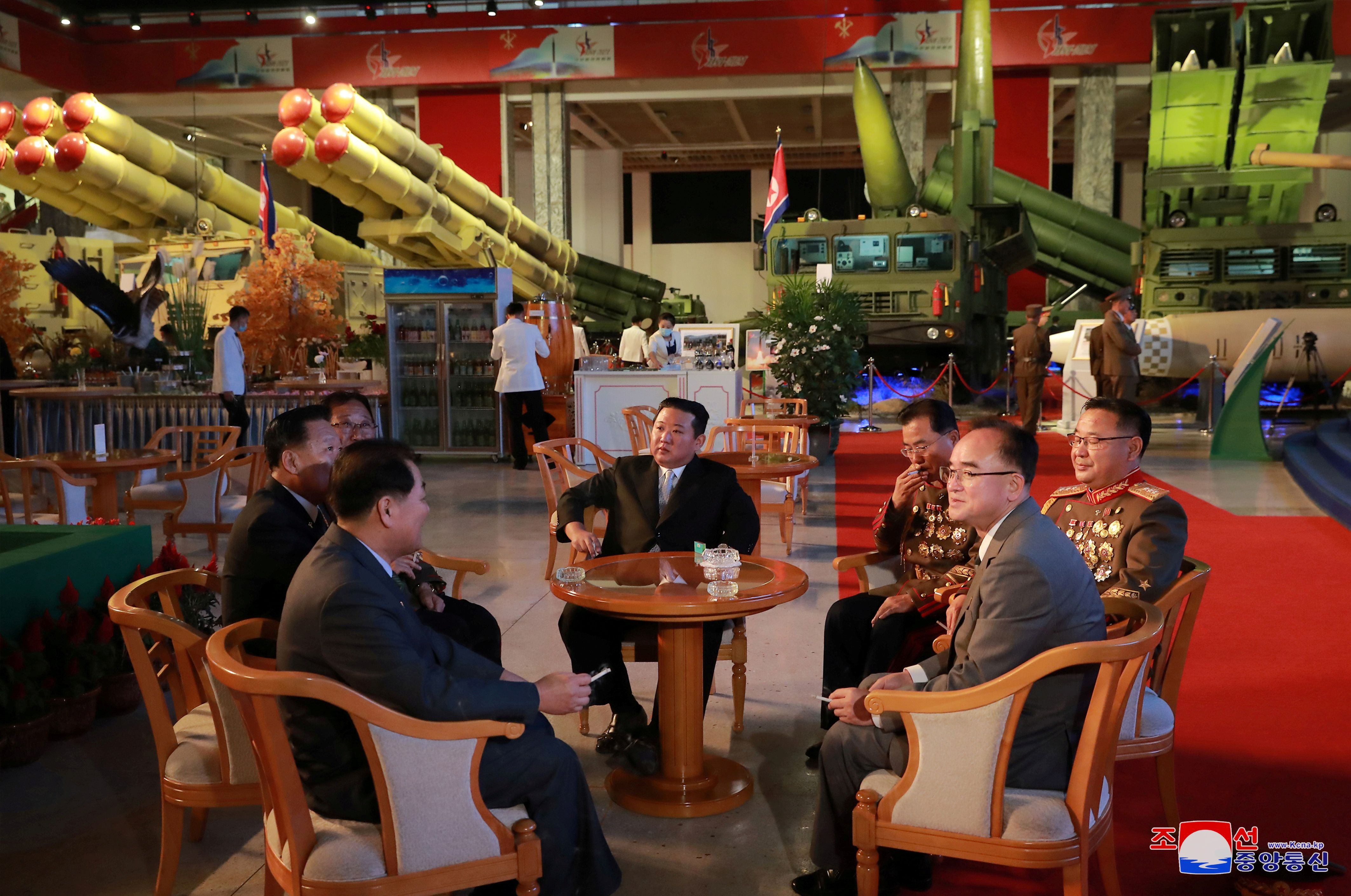 Kim Jong-un durante una exposición de defensa