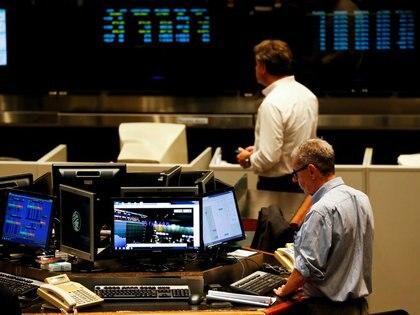 Foto de archivo: operadores trabajan en el recinto de la Bolsa de Comercio de Buenos Aires, Argentina. 26 feb, 2020.  REUTERS/Agustin Marcarian