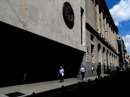 Foto de archivo - Peatones caminan frente a la fachada de la Bolsa de Comercio de Buenos Aires, Argentina. Feb 26, 2020. REUTERS/Agustin Marcarian