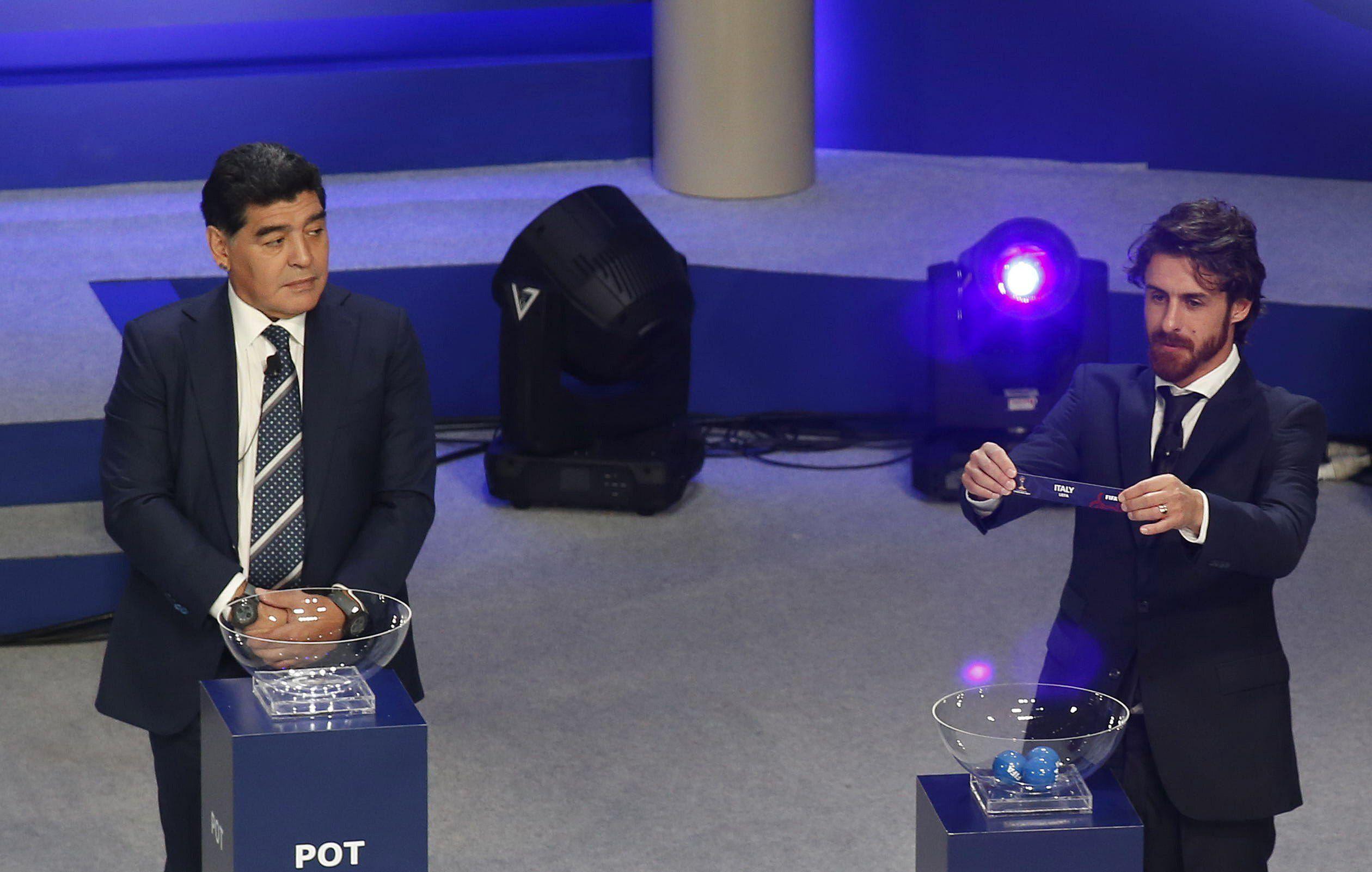 Pablo Aimar junto a Diego Armando Maradona (i) durante la ceremonia del sorteo de la copa del Mundial Sub'20 de Corea 2017 (Foto: EFE)