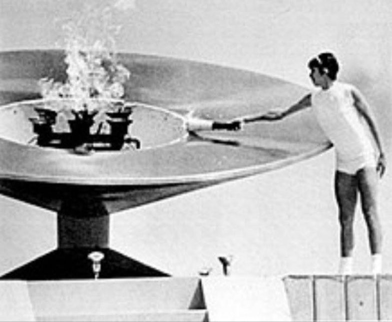 Enriqueta Basilio encendió el pebetero del Estadio Olímpico Universitario de la UNAM en la inauguración de los Juegos Olímpicos de México 68 (Foto: Twitter)
