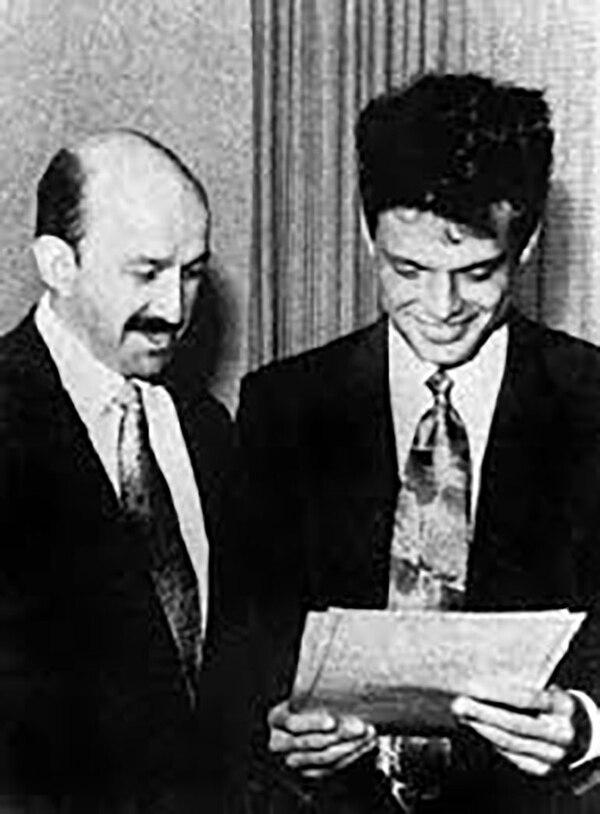 El día que Salinas de Gortari entregó al cantante su carta de naturalización.