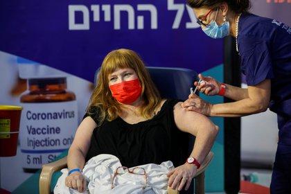 Galia Rahav, jefa de enfermedades infecciosas del Centro Médico Sheba de Israel recibe una vacuna de Pfizer contra el coronavirus en el Centro Médico Sheba de Ramat Gan, Israel, el 19 de diciembre de 2020. REUTERS/Amir Cohen