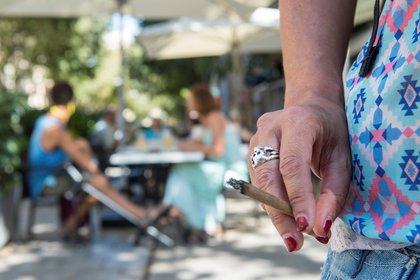 En América Latina, desde 1980 a 2015, el consumo del tabaco descendió de 21,4 por ciento a 11 por ciento, mientras que el número de fumadores bajó de 77,3 millones a 69,1 millones, según los datos para América Latina, según el Atlas Mundial del Tabaco / EFE/ATIENZA/ Archivo