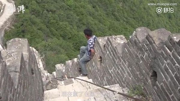 Los obreros chinos arriesgan su vida en la Gran Muralla