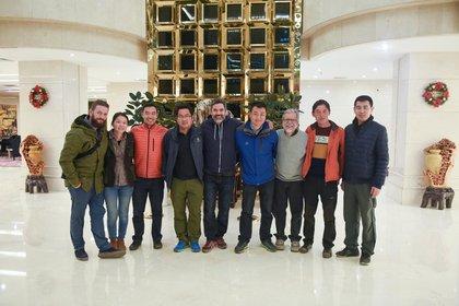 Los equipos de Jing A y Moonzen posan junto con el equipo de arqueología del sitio neolítico Shimao.