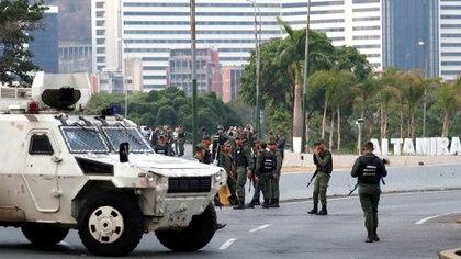"""Militares hacen guardia cerca de la Base Aérea Generalísimo Francisco de Miranda """"La Carlota"""", en Caracas, Venezuela, el 30 de abril de 2019."""