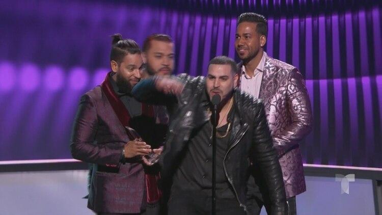 El grupo de bachata Aventura se reúne en los Premios Billboard 2019 y se llevó el premio Artista Tropical del Año, Dúo o Grupo (Captura: NBC/Telemundo/Latin Billboards)