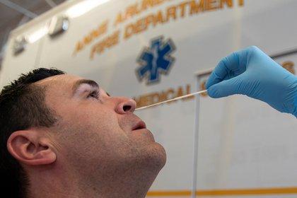 Cuando el clima se vuelva más frío y seco, la capacidad de transmisión del virus será más eficiente; eso coincidirá con la temporada de la gripe, otro factor que amenaza la capacidad del sistema de salud. (EFE/EPA/ALEX EDELMAN)