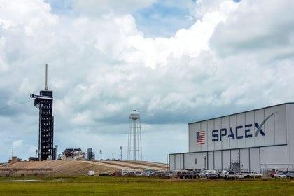 Immagine del file.  Le squadre di lavoro lavorano al Crew Dragon, al Kennedy Space Center di Cape Canaveral, Florida, USA, 26 maggio 2020. REUTERS / Steve Nicius