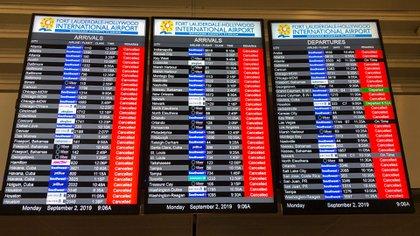 El tablero de información muestra todos los vuelos cancelados en el aeropuerto internacional de Fort Lauderdale antes de la llegada del huracán Dorian a ForT Lauderdale, Florida, el 2 de septiembre de 2019. (AFP)