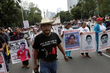 Foto de archivo. Felipe de la Cruz, padre de uno de los estudiantes desaparecidos, camina durante una marcha en Ciudad de México para conmemorar el segundo aniversario de la desaparición. 26 de septiembre de 2016. REUTERS/Henry Romero