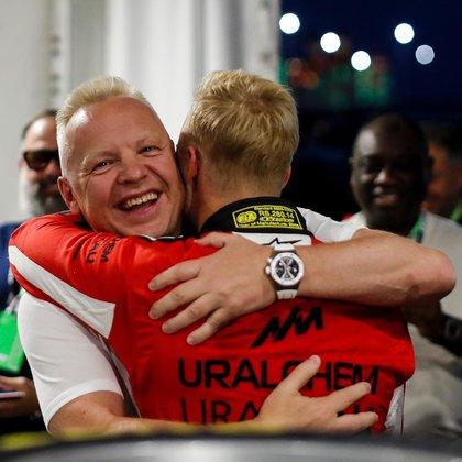 El abrazo entre los Mazepin, padre e hijo. Dmitry es clave en la campaña de Nikita