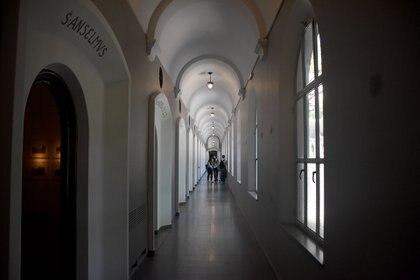 Los pasillos infinitos con cuartos de rezo