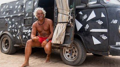 """El Ronco y su combi, donde pasa todas las noches del verano: """"Solo necesito un colchón"""" (Diego Medina)"""