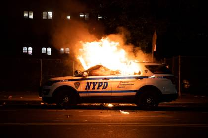 Un coche de la policía de Nueva York incendiado durante las protestas de anoche en el barrio de Brooklyn por la muerte de George Floyd bajo custodia policial en Minneapolis
